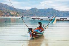 Traditionellt asiatiskt färgrikt fartyg för lång svans Arkivbilder