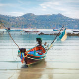 Traditionellt asiatiskt färgrikt fartyg för lång svans Royaltyfri Fotografi