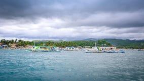 Traditionellt bancafartyg som ska fås till den Boracay ön på Caticlan jett Royaltyfri Fotografi