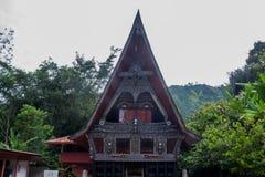 Traditionellt Batak hus på den Samosir ön norr Sumatra Indonesien Royaltyfri Fotografi