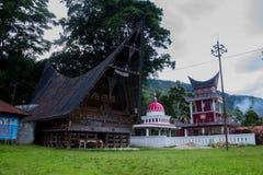 Traditionellt Batak hus på den Samosir ön norr Sumatra Indonesien Royaltyfria Foton