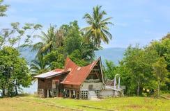 Traditionellt Batak hus på den Samosir ön, Sumatra, Indonesien royaltyfri foto