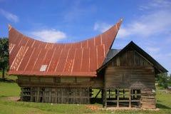 Traditionellt Batak hus på den Samosir ön, Sumatra, Indonesien arkivbild