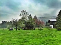 Traditionellt bavarianhem på Schoenau, sjö Koenigssee, Bayern Tyskland Arkivbild