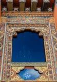 Traditionellt bhutanesiskt utsmyckat tempelfönster i Bhutan, South Asia fotografering för bildbyråer