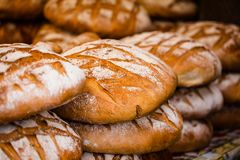 Traditionellt bröd i polsk matmarknad i Krakow, Polen. Arkivfoton