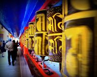 Traditionellt buddhismmantrahjul royaltyfria foton