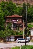 Traditionellt bulgarian hus på den Veliko Tarnovo gatan Fotografering för Bildbyråer