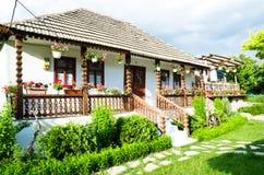 Traditionellt byhus i Moldavien Arkivfoto