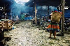 Traditionellt dam för påkläddblommahmong på en bymarke royaltyfria bilder