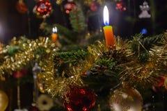 Traditionellt dekorerad julgran - närbild arkivbilder
