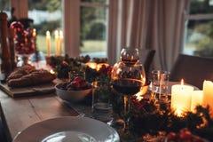 Traditionellt dekorerad jultabell hemma Royaltyfria Bilder