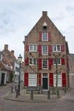 Traditionellt Ducht hus med röda fönsterslutare Arkivbild