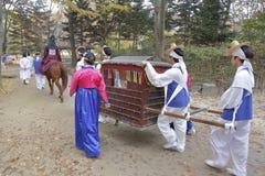 Traditionellt etniskt bröllop av folk folk på Namsangol den traditionella folk byn, Seoul, Sydkorea - NOVEMBER 2013 Royaltyfri Bild