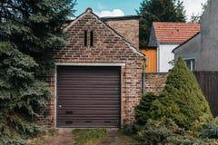 Traditionellt europeiskt garage med röd tegelsten arkivbild