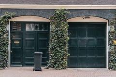 Traditionellt europeiskt garage med svart tegelsten arkivfoton