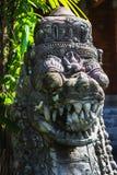 Traditionellt för Balinese som snidas från den ljusa statyn för stenvakt Royaltyfri Foto