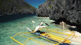 Traditionellt fartyg för Filippinerna nära en härlig kust stock video