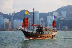 Traditionellt fartyg i den Victoria hamnen av Hong Kong, Kina Arkivbild