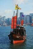 Traditionellt fartyg i den Victoria hamnen av Hong Kong, Kina Arkivbilder