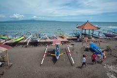 Traditionellt fartyg på stranden bali Arkivfoto