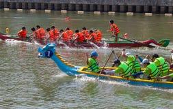 Traditionellt fartyglopp som rymms för att fira det nya året 2015 som siktar att kalla folk för att hålla stadsgräsplanen och den Royaltyfri Foto