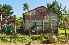 Traditionellt fattigt bygdhus - woden kabiner på Dominikanska republiken, Royaltyfria Foton