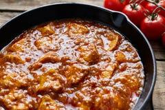 Traditionellt fegt kött för Tikka masala med kryddig mat för smör royaltyfria bilder