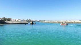 Traditionellt fisherfartyg i hamnen från Lagos i Portugal lager videofilmer