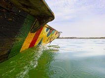 Traditionellt fiskarefartyg på Nigeret River Arkivfoton