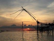 Traditionellt fiske för gammal kultur på sjön vid träfyrkantigt netto för dopp i soluppgången av morgontid arkivbilder