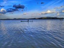 Traditionellt fiske, lokalt kulturellt arbete med panoramalandskap royaltyfria foton