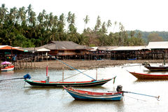 Traditionellt fiske tailed länge fartyget i den Koh Phitak ön Arkivbilder