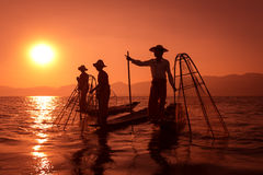 Traditionellt fiske vid netto i Burma arkivbild