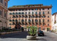 Traditionellt flerfamiljshus, Rome Arkivfoton