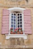 Traditionellt franskt fönster med rosa slutare Arkivbild