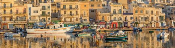 Traditionellt gammalt fiskeläge Marsaskala på soluppgång i Malta Arkivfoto
