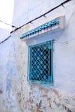 Traditionellt gammalt målat blått fönster med det dekorativa smidet för prydnad i historiskt område eller Medina av Tunis, Tunisi Fotografering för Bildbyråer