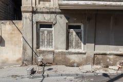 Traditionellt gammalt panera och övergivna byggnader Tbilisi, Georgia arkivbilder