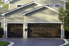 Traditionellt garage för tre bil Arkivfoto