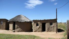Traditionellt grästak som förlägga i barack i QwaQwa Arkivbild