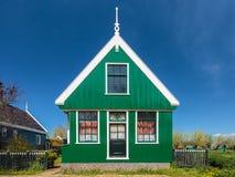 Traditionellt grönt holländskt historiskt hus Arkivbilder