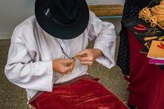 Traditionellt greja Drotar som gör en bunke från tråd Royaltyfria Bilder