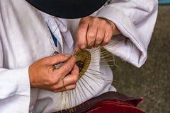 Traditionellt greja framställning av en bunke från tråd - folkkonst Royaltyfri Foto
