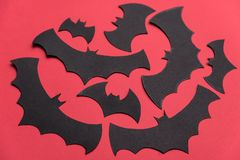 Traditionellt haloween symboler på röd bakgrund Arkivfoton