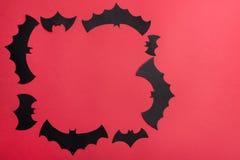 Traditionellt haloween symboler på röd bakgrund för logo Royaltyfri Bild