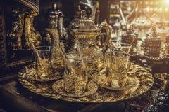 Traditionellt handgjorda te och kaffeuppsättningar eller tekannor som är till salu på den storslagna basaren i Istanbul, Turkiet Royaltyfri Fotografi