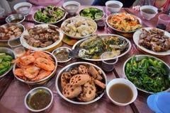 Traditionellt hem- gjort kinesiskt mål Bordlägga dolt med många plattor med olik, läcker och färgrik mat fotografering för bildbyråer