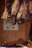 Traditionellt hemlagat kurerat kött, rökt som hängs i marknaden Arkivbild