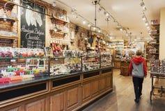 Traditionellt hemtrevligt belgiskt chokladlager som är inre med variey av godisar och sötsaker royaltyfri foto